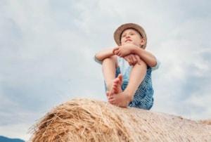 Sensitivt barn kigger ud over mark med selvværd