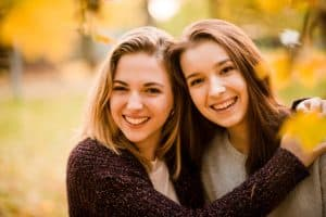 Sensitive unge veninder holder om hinanden, sensitiv balance
