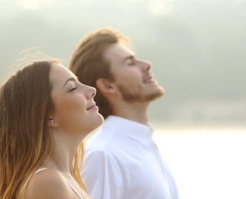 Sensitiv mand og kvinde ser mod lyset og slipper selvkritik