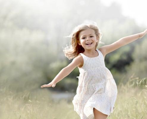 Sensitiv pige der leger i balance og klarer overstimulation
