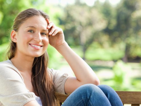 Glad sensitiv kvinde i naturen med selvkontrol og viljestyrke