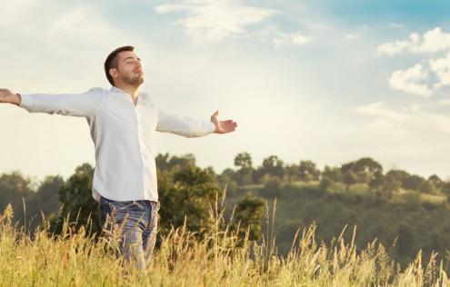 Rolig sensitiv mand strækker armene og er i balance