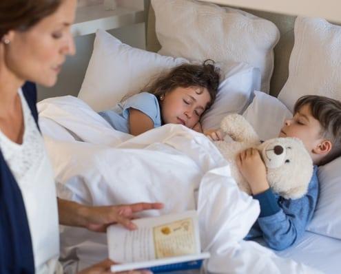 Mor læser højt for sensitive børn der sover godt med rolig aftenrutine