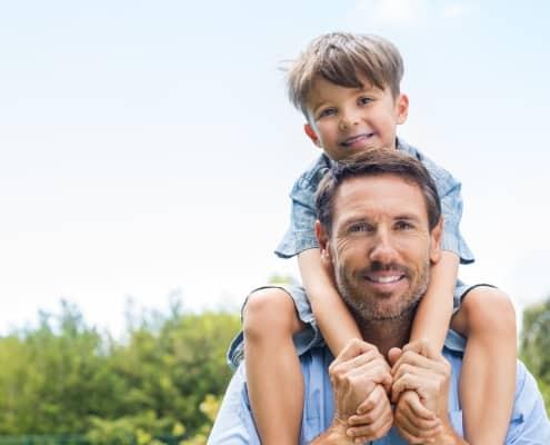 Sensitiv søn med overskud på skuldrene af rolig far i trivsel