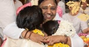 Amma omfavner par til event og giver medfølelse og kærlighed