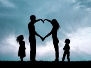 Kærlig familie danner hjerte med armene og har empati og respekt for andre