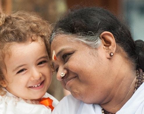 Amma smiler kærligt til sensitivt barn og viser medfølelse