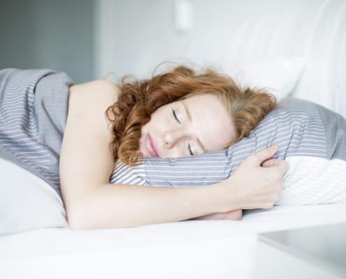 Afslappet ung kvinde sover, slipper søvnproblemer og bekymringer