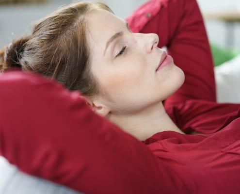 Ung kvinde hviler sig, har indre ro og slipper nedtrykthed og bekymringer