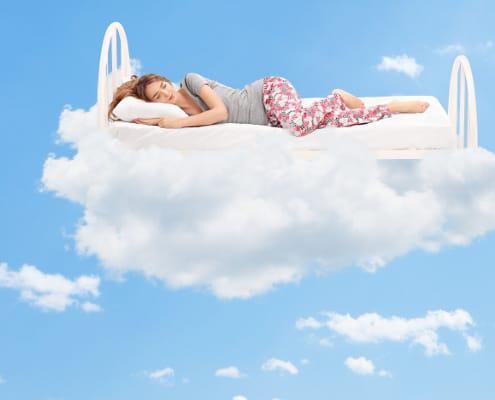 Afslappet ung kvinde falder i søvn og sover godt uden bekymringer