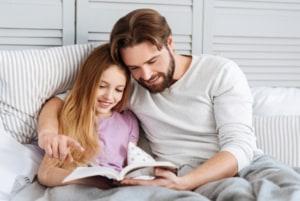 Far læser historie for sensitiv datter, familieliv og omsorg