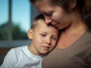 Sensitiv dreng får hjælp til at heale traume hos omsorgsfuld mor