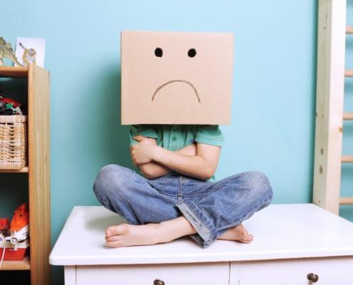 Sensitiv dreng med negative følelser og tristhed