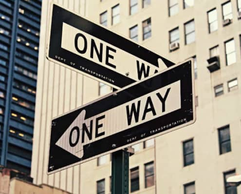 To skilte der peger hver sin vej, svært at tage beslutning