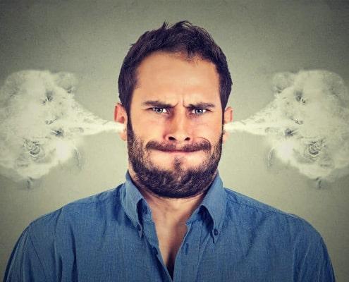 Sensitiv mand med røg ud af ørene i vrede og aggression