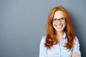 Sensitiv kvinde i arbejdsskjorte med redskaber til arbejdslivet