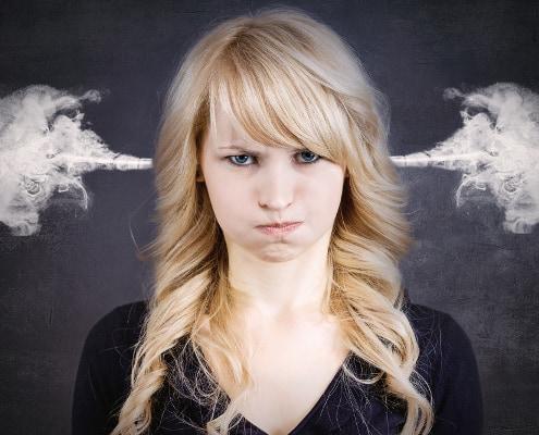 overstimuleret sensitiv kvinde med røg ud af ørene