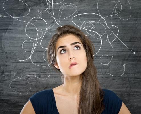 kvinde med tanker der cirkler omkring